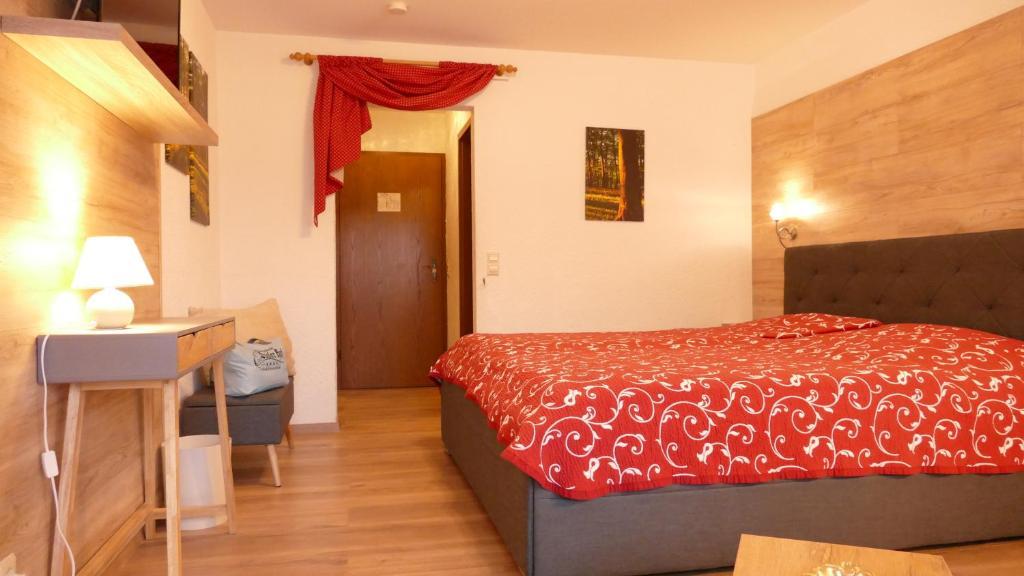 Ein Bett oder Betten in einem Zimmer der Unterkunft Landhotel Basler Hof