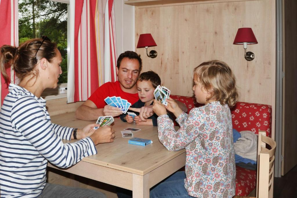 A family staying at Camping le Nid du Parc