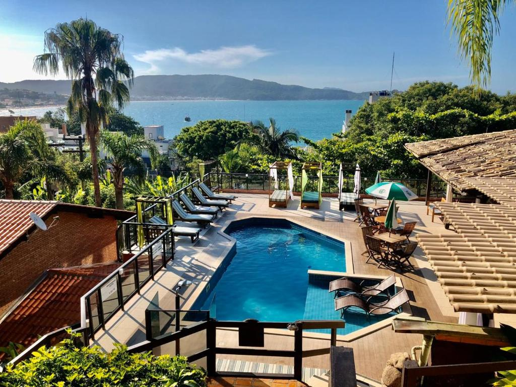 Uma vista da piscina em Pousada Palmeiras ou nos arredores