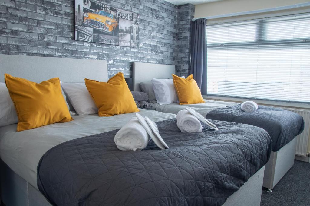 A bed or beds in a room at Bridge House Off Road Parking Long Stay Reductions