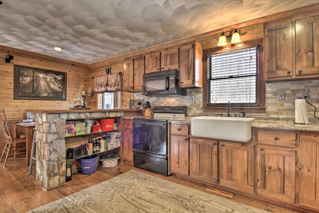 Family Cabin with Prvt Pool & Hot Tub by Fairy Stone
