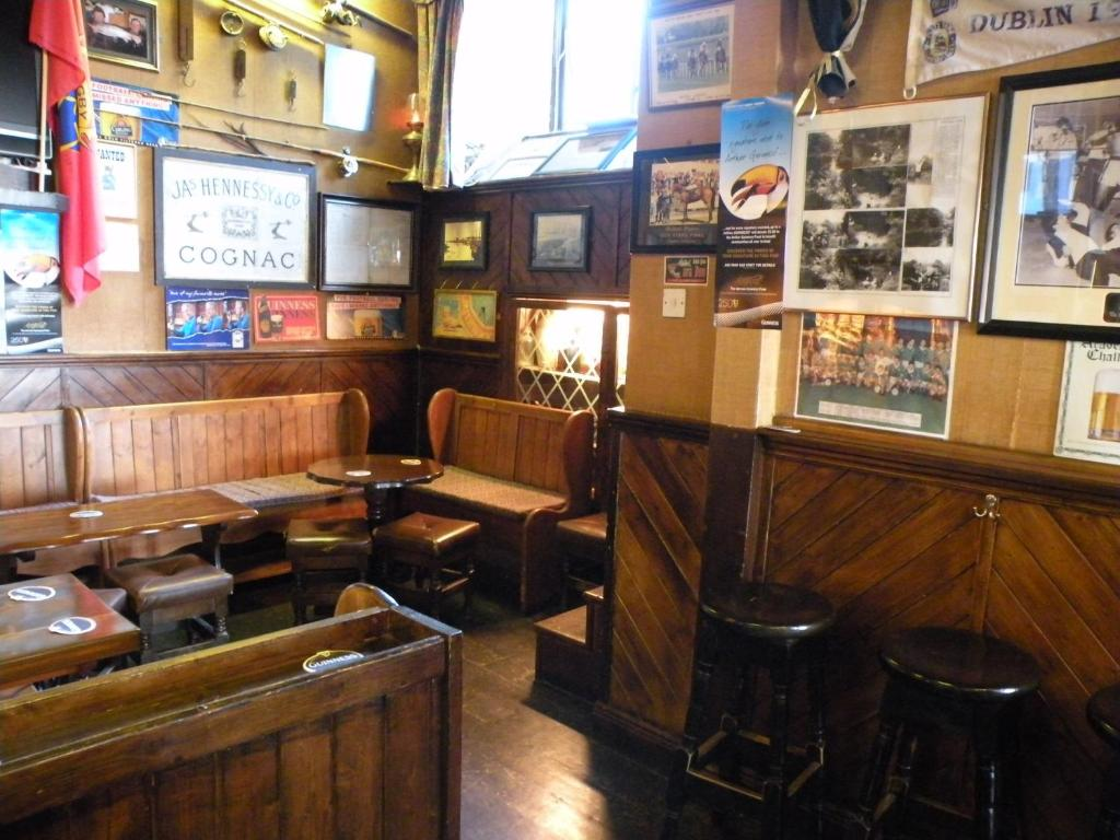 The lounge or bar area at Buggle's Pub and Accommodation