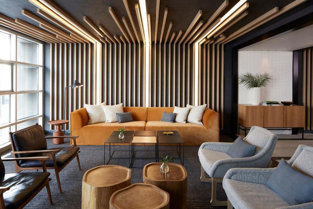 A seating area at Kimpton Hotel Wilshire, an IHG hotel