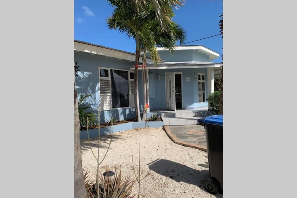 A piscina localizada em Beautiful House near Mangel Halto Beach ou nos arredores