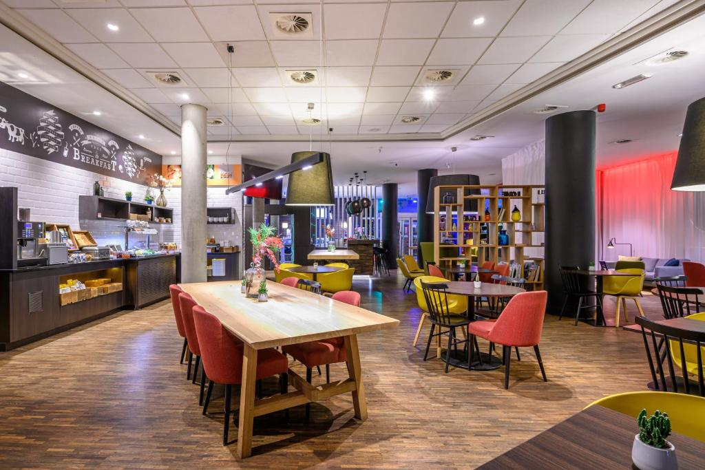 A restaurant or other place to eat at Holiday Inn Express Mechelen City Centre, an IHG hotel
