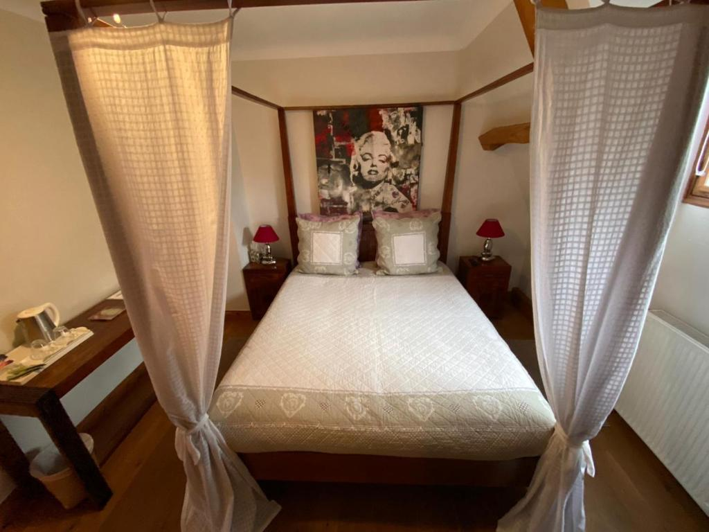 A bed or beds in a room at Chambres Les Plantous de Severo
