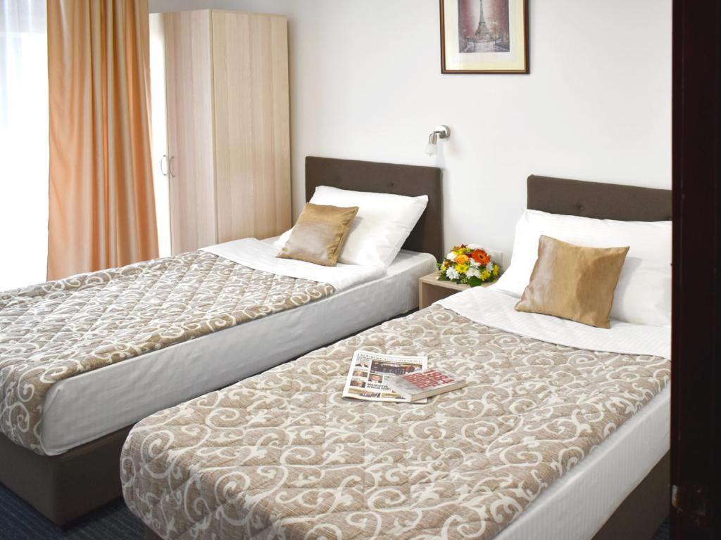 سرير أو أسرّة في غرفة في فندق سلافييا