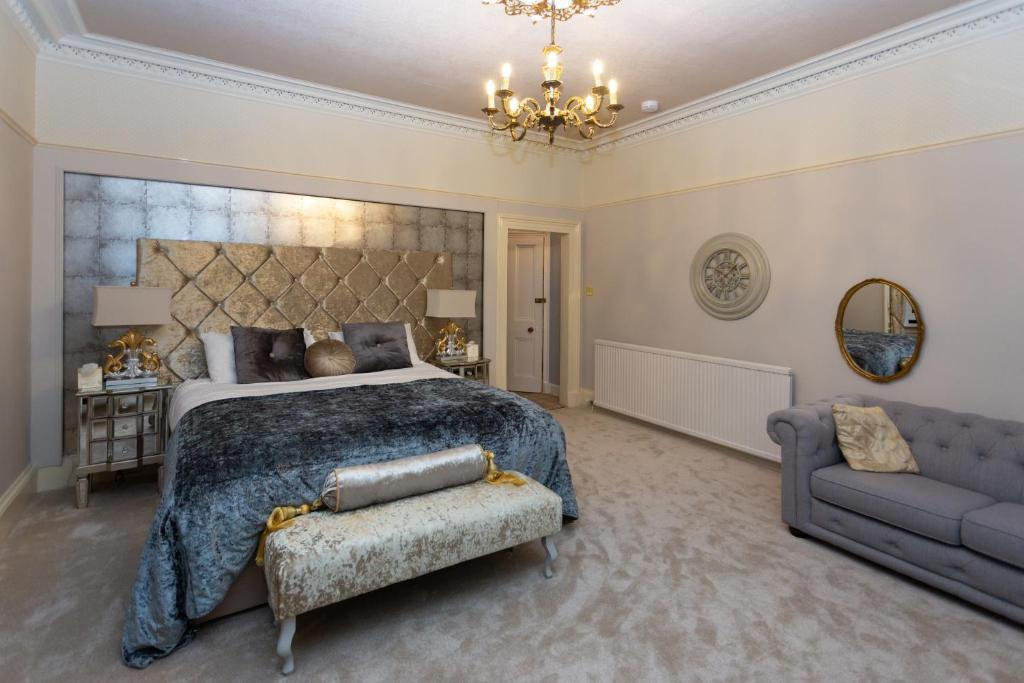 A bed or beds in a room at Trinity Boutique B&B