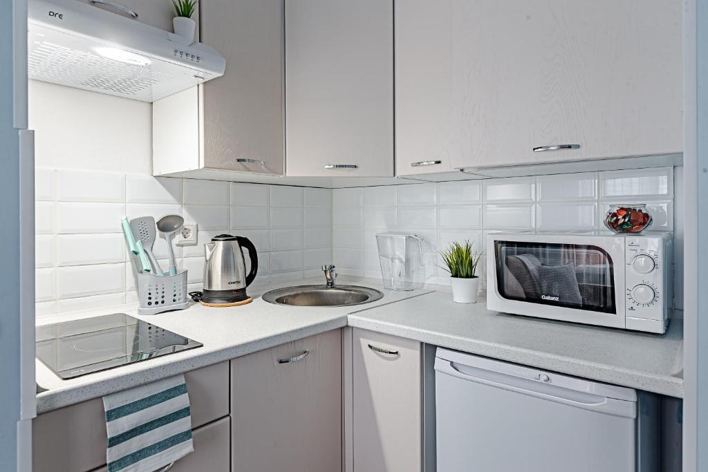 A kitchen or kitchenette at Свежая и уютная студия м. Новокоссино