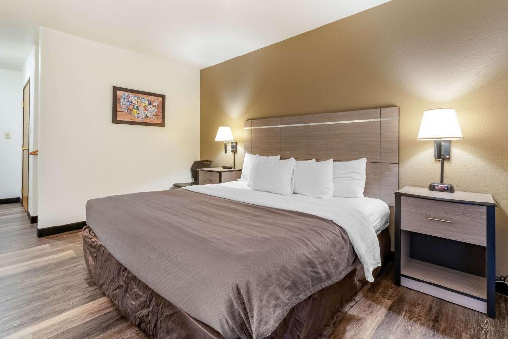 A bed or beds in a room at Econo Lodge Pueblo