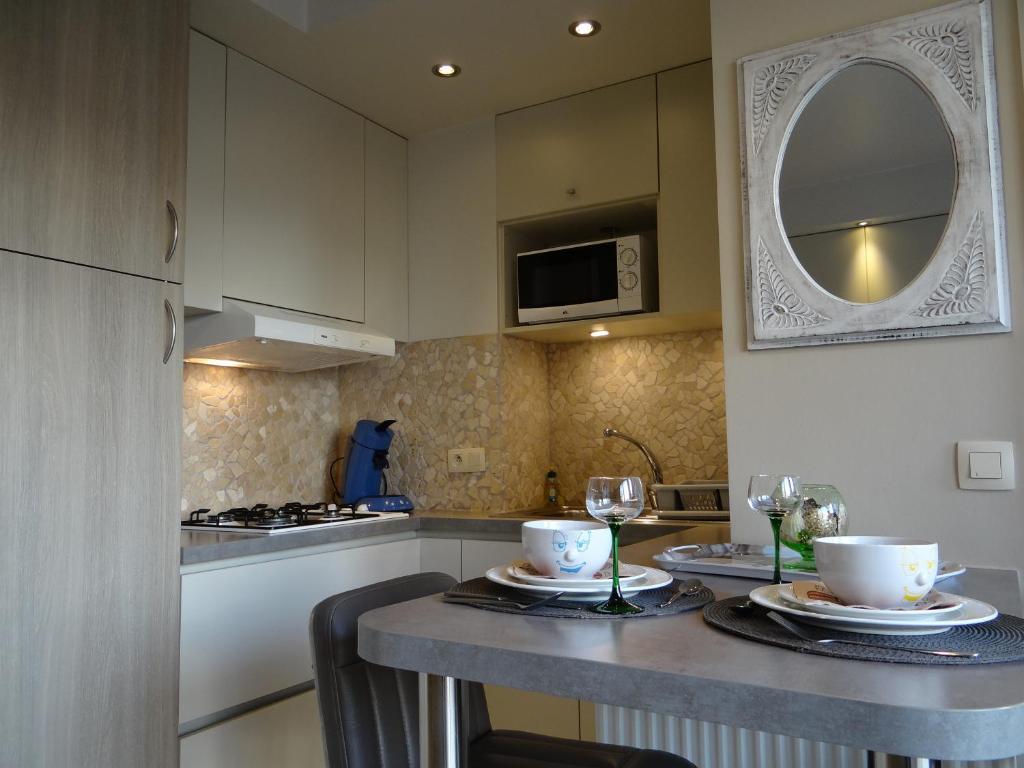 Een keuken of kitchenette bij Studio Ross zonnig en gezellig en heel dicht bij zee
