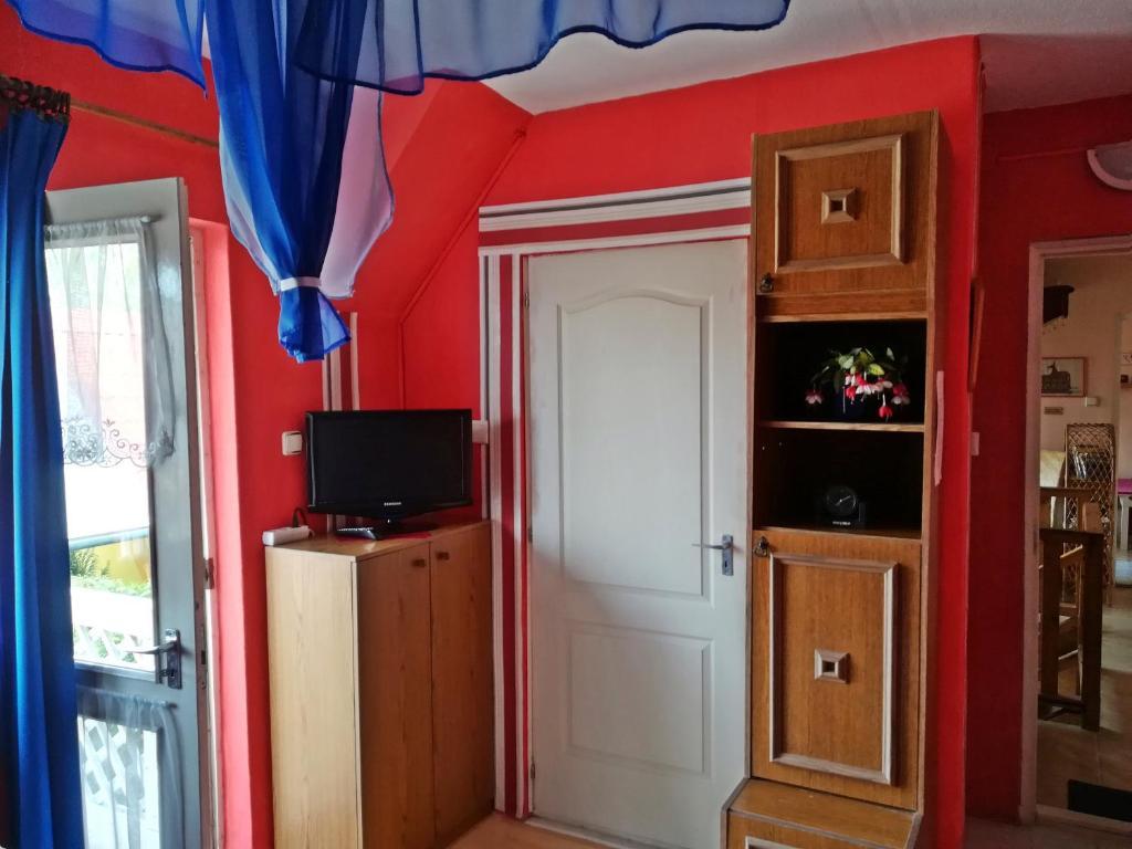 Televízia a/alebo spoločenská miestnosť v ubytovaní Castello Vendég és Apartmanház