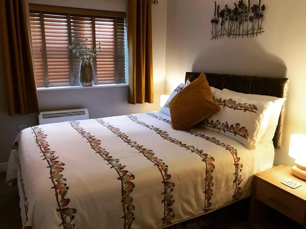 A bed or beds in a room at Clarabel's Guest House- The Nook