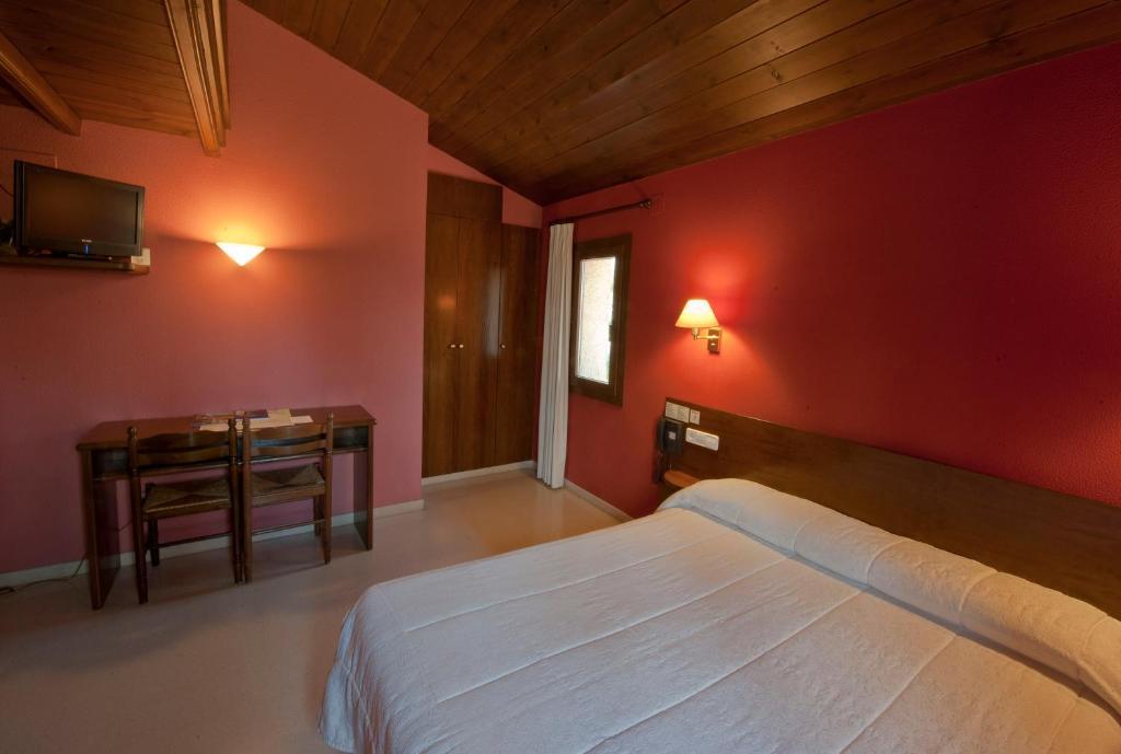 Llit o llits en una habitació de Hotel Can Blanc