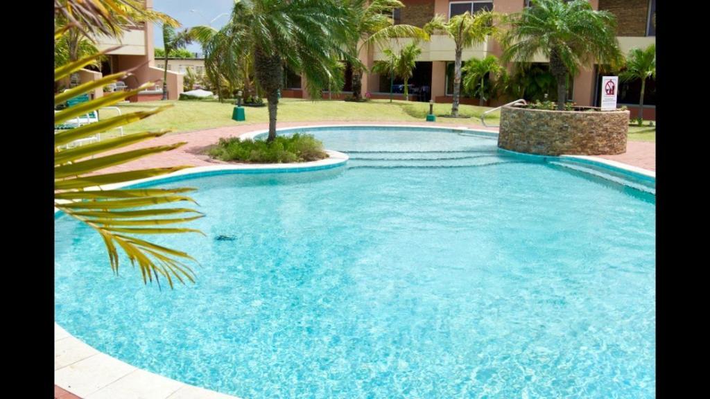 A piscina localizada em Aruba Eagle beach home ou nos arredores