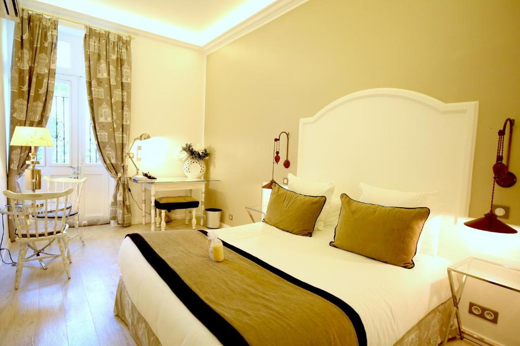 A bed or beds in a room at Hotel Royal Bon Repos