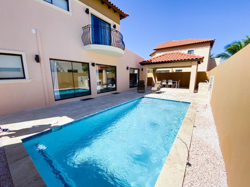 A piscina localizada em Spectacular 3 bedroom house with Own Pool 170B ou nos arredores