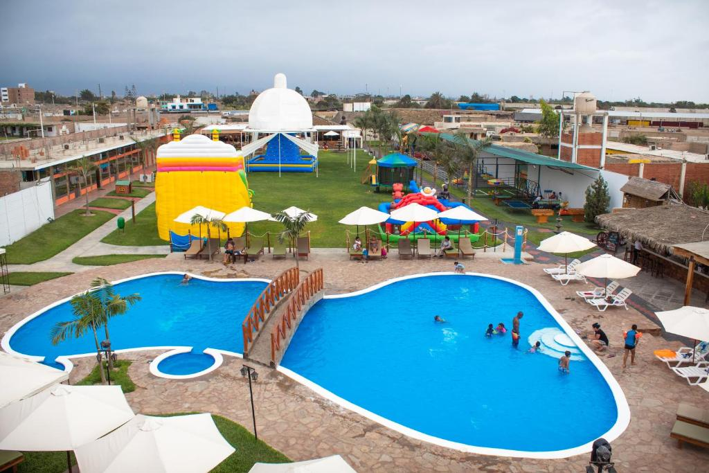 A view of the pool at Hotel Thiago or nearby