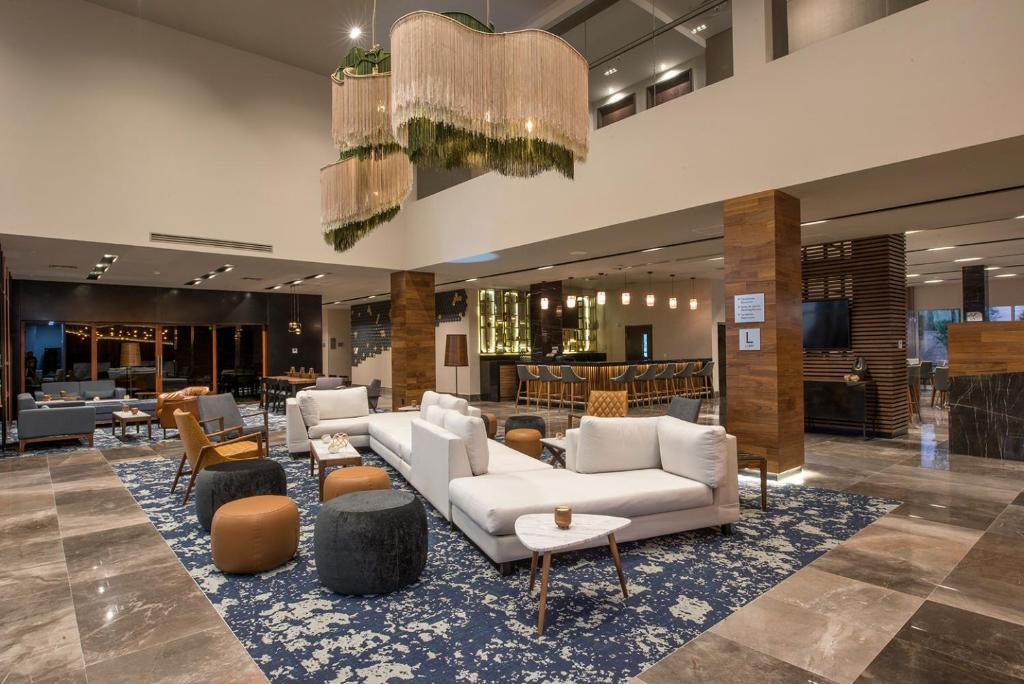 The lounge or bar area at Courtyard by Marriott San Luis Potosi, Los Lagos