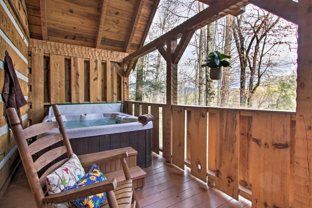 Honey Bear Pause Rural Escape with Porch and Hot Tub!