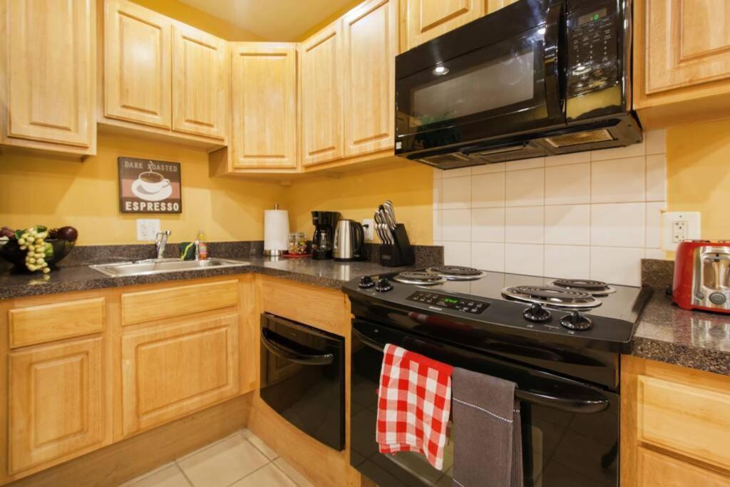 A kitchen or kitchenette at Parkmonroe 1