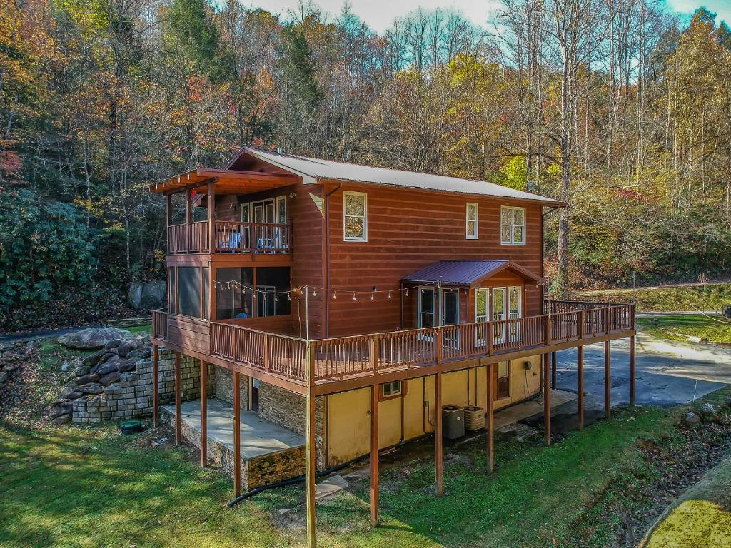 Grand Ladybug Resort on a Creek. Family Cabin with a Pond and Forest Views