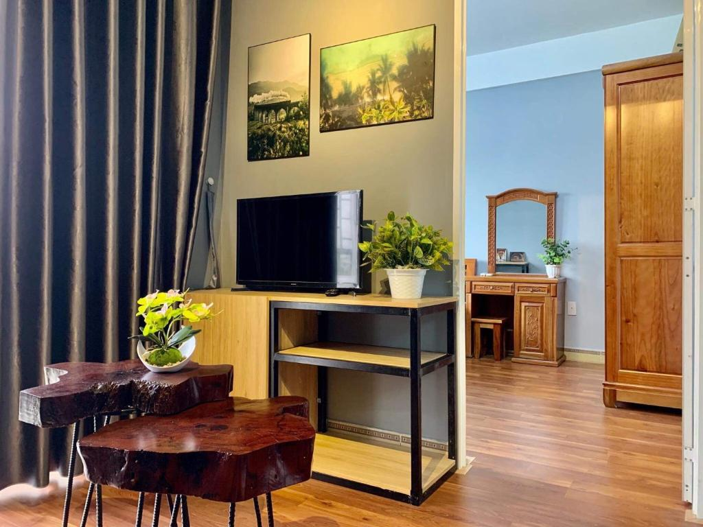 A television and/or entertainment centre at Monkey house R-2 bedrooms 1wc city center 1km to backpacker area