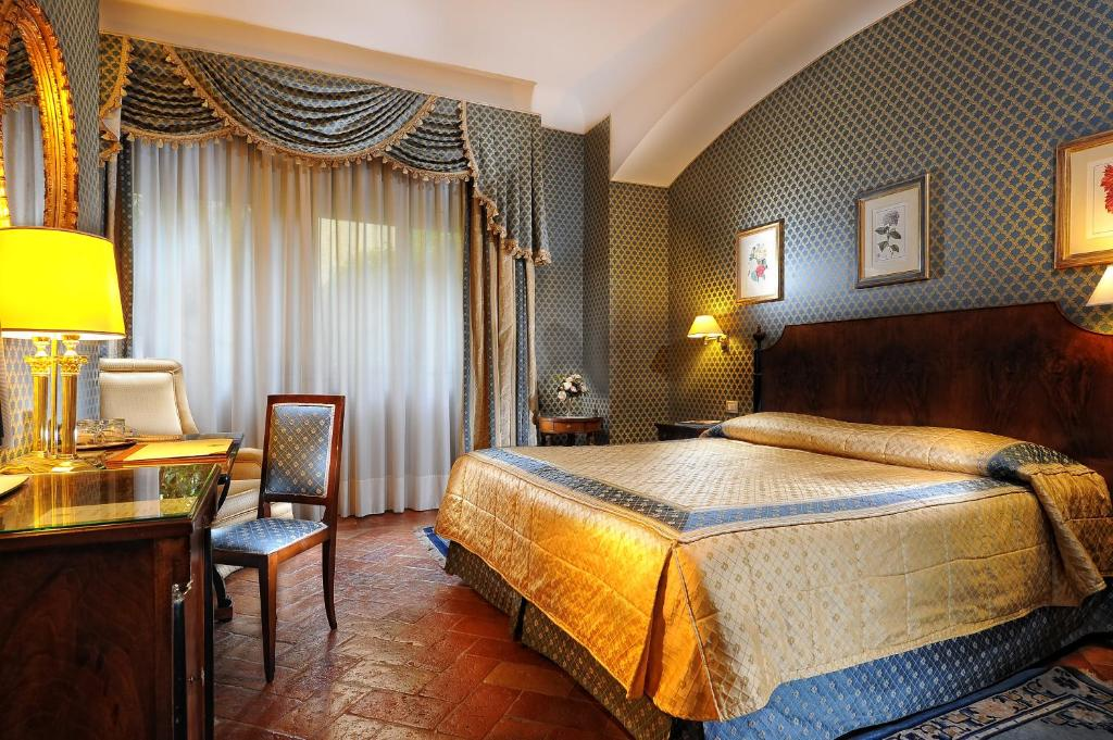 A bed or beds in a room at Hotel Monna Lisa