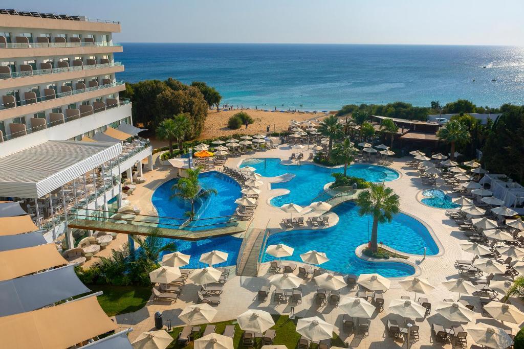 Вид на бассейн в Melissi Beach Hotel & Spa или окрестностях