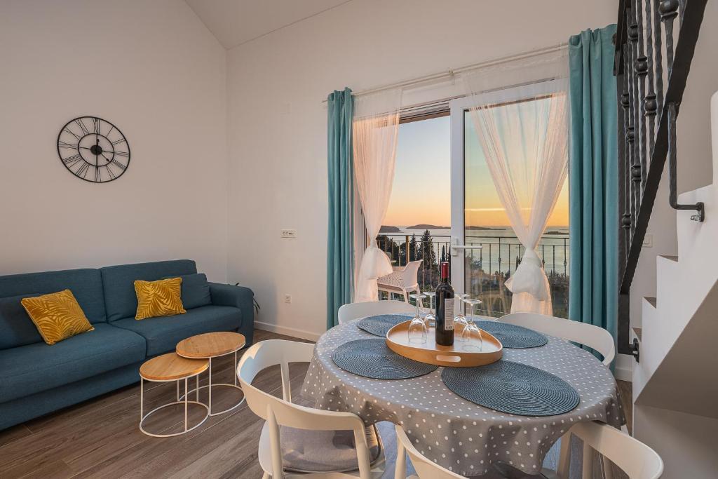 A seating area at Apartments Villa Maria