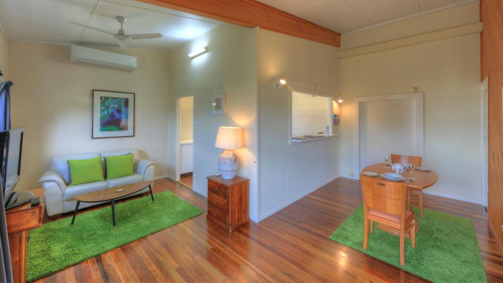 A seating area at Village Stays Coldstream Gallery Apartment