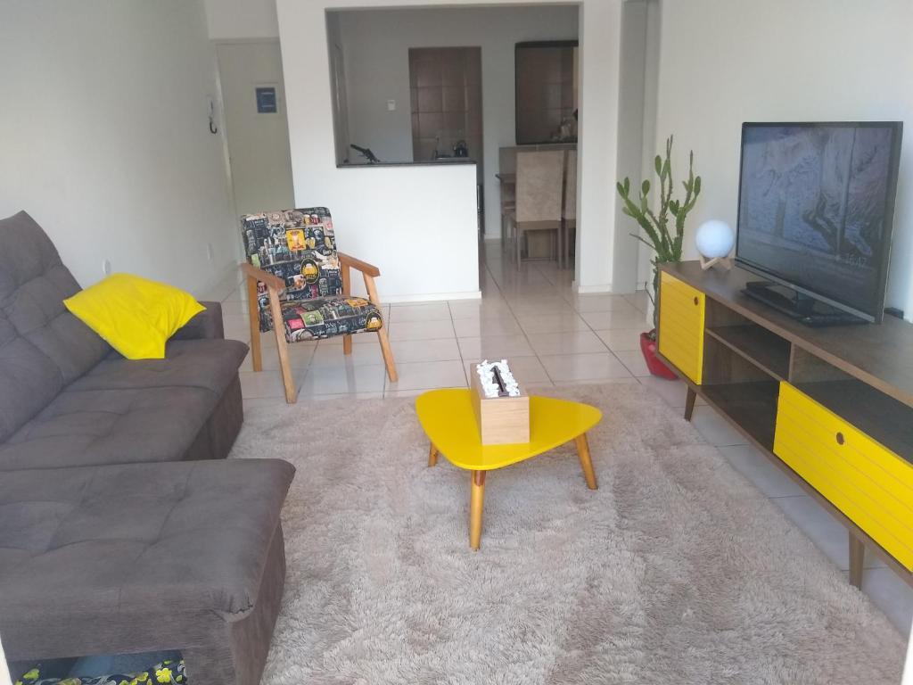 A seating area at Quarto aconchegante no Calçadão