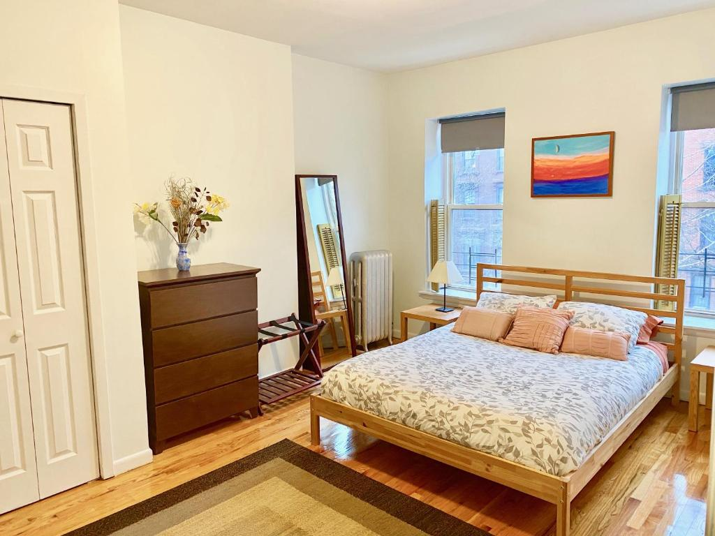 A bed or beds in a room at Spacious Brooklyn flat