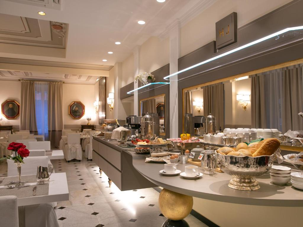 A restaurant or other place to eat at Hotel Jolanda