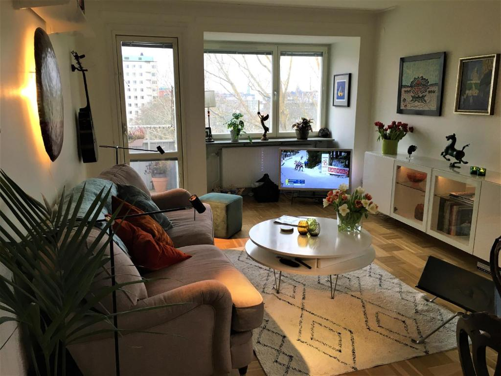 A seating area at Cosy apartment close to the nature and city