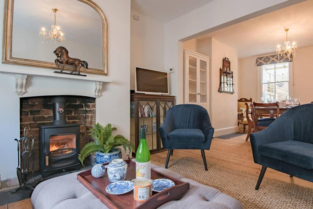 A seating area at Charming Victorian house in historic Rochester