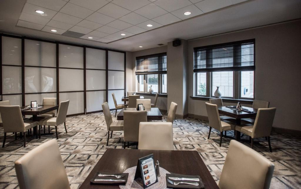 A restaurant or other place to eat at Magnolia Hotel Downtown Dallas