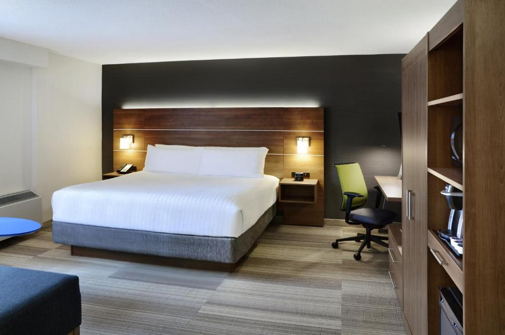 A bed or beds in a room at Holiday Inn Express Toronto Downtown