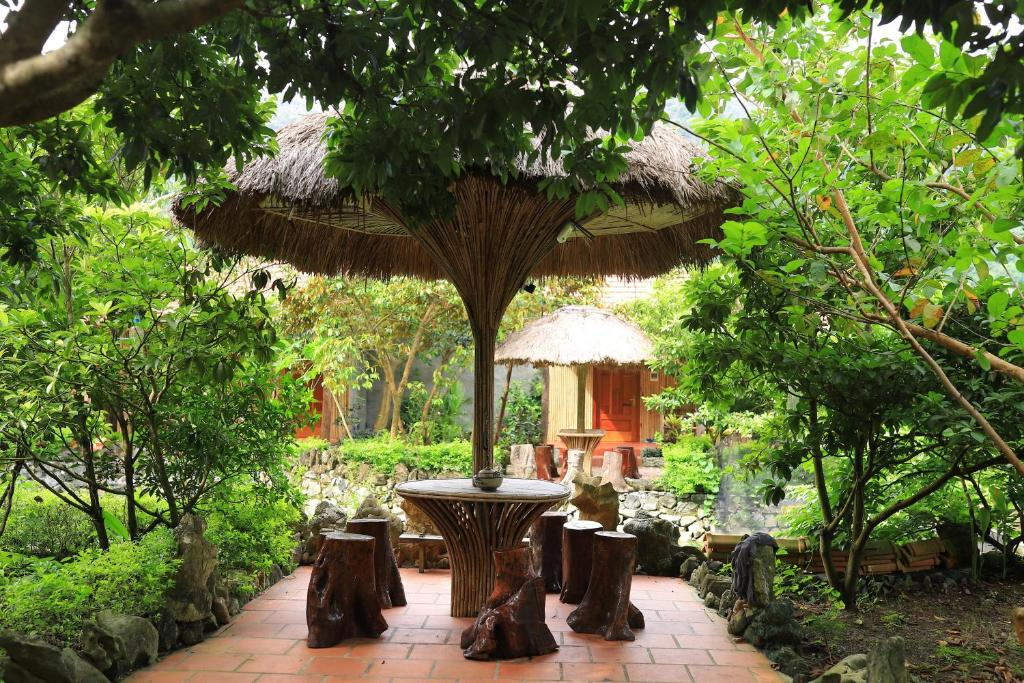 A restaurant or other place to eat at Viet Hai Lan Homestay