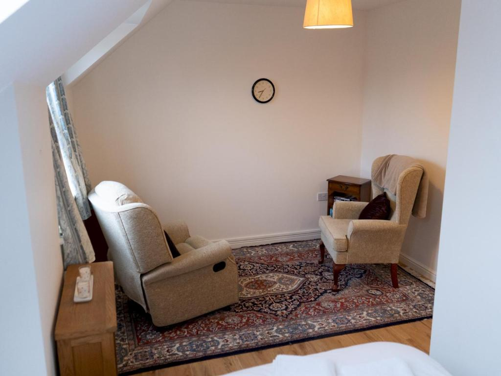 A seating area at Spacious 3 bedrooms house with a pleasant garden