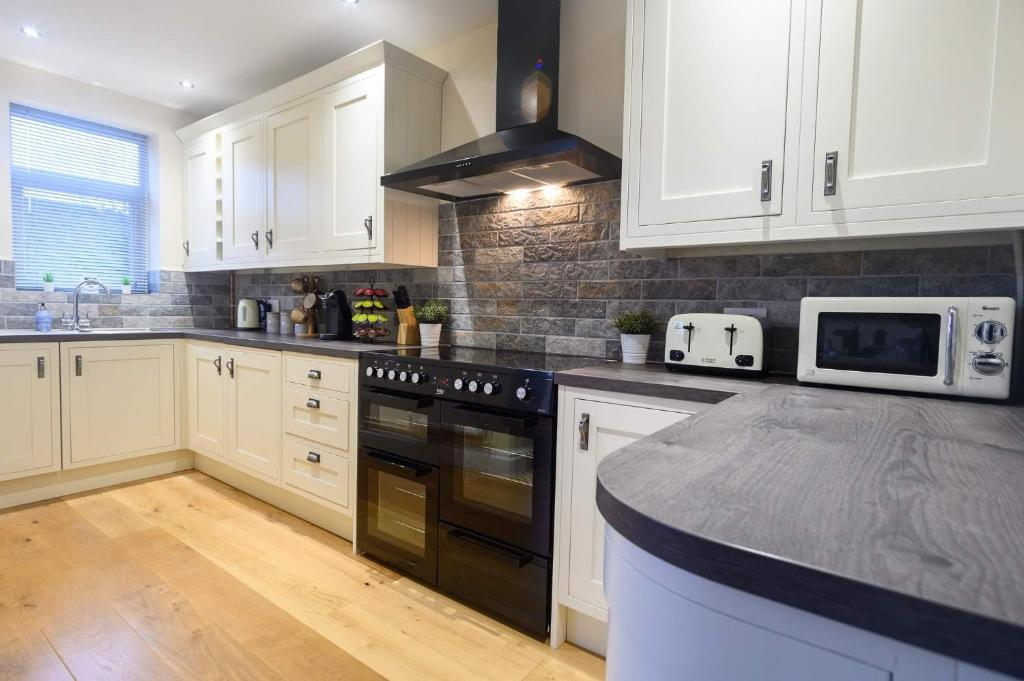A kitchen or kitchenette at Beechwood House, by Tŷ SA - Luxury home perfect for ICC Celtic Manor & Llanfrechfa Hospital