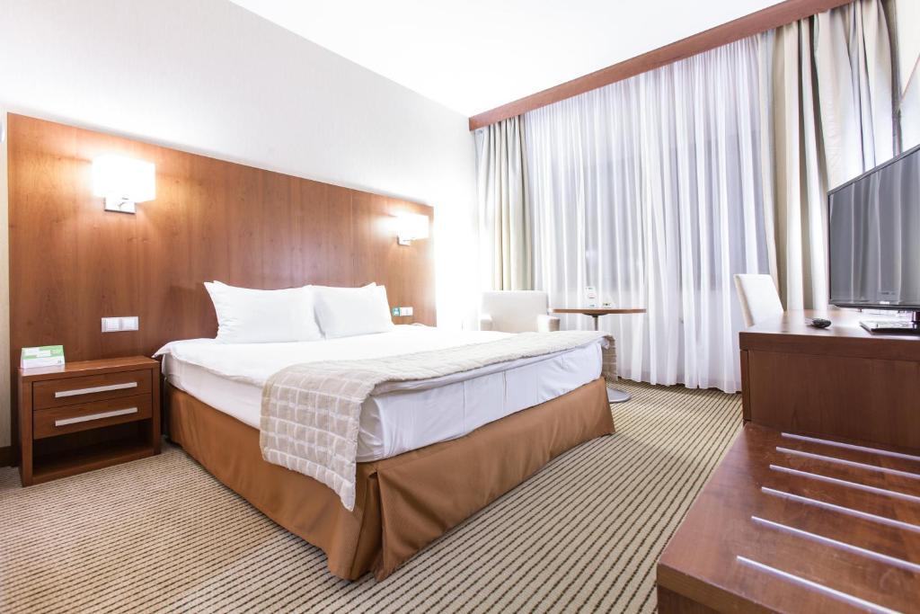 Ein Bett oder Betten in einem Zimmer der Unterkunft Holiday Inn Samara