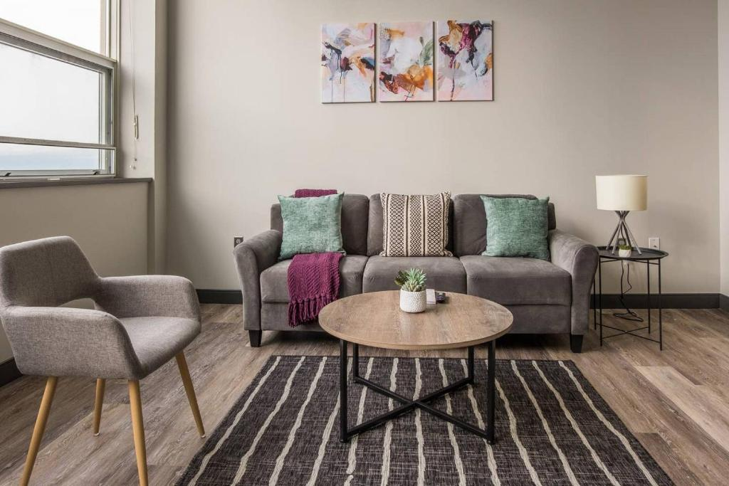 A seating area at Upscale Waterfront 1BR Apt