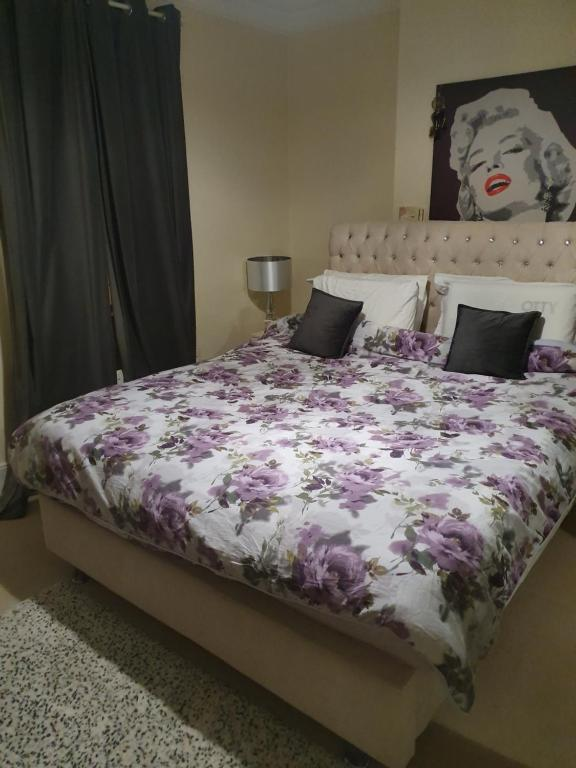 A bed or beds in a room at Lovely accomodation