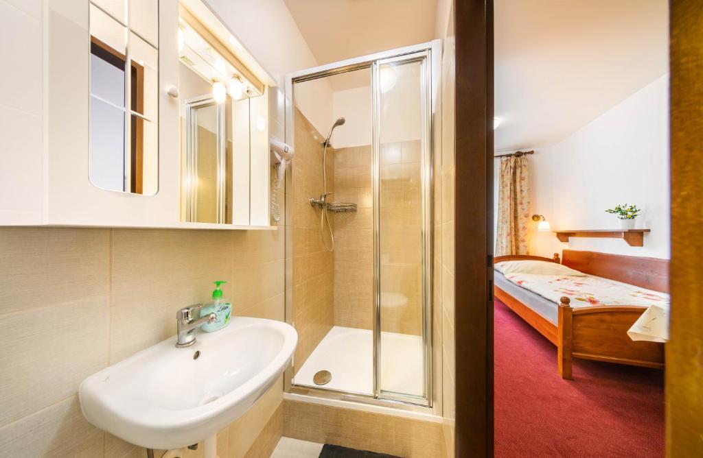 A bathroom at Pension Danny