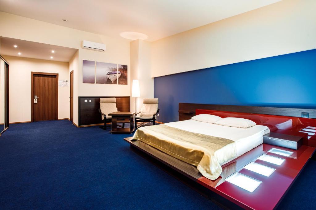 Кровать или кровати в номере Хорошие Люди