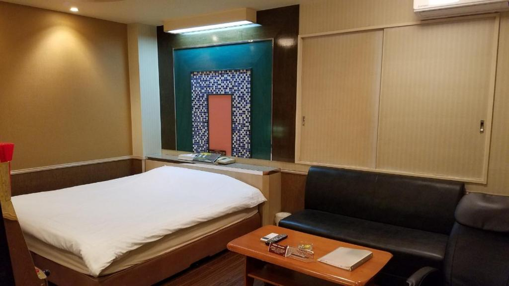 A bed or beds in a room at Hotel GOLF Yokohama (Adult Only)