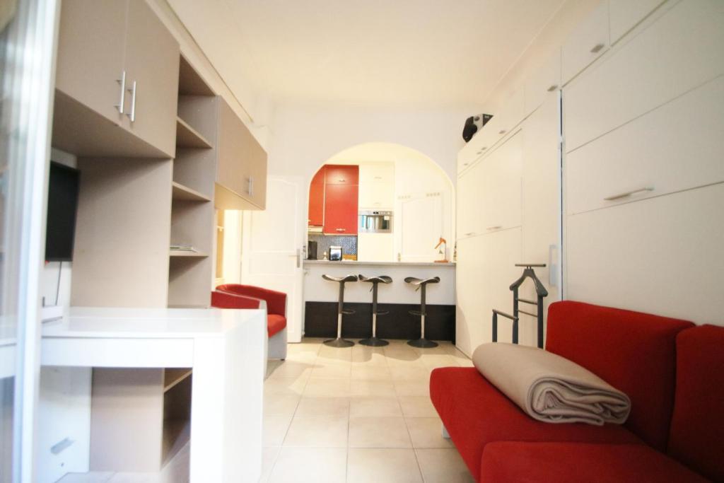 A seating area at Comté de Nice Centre