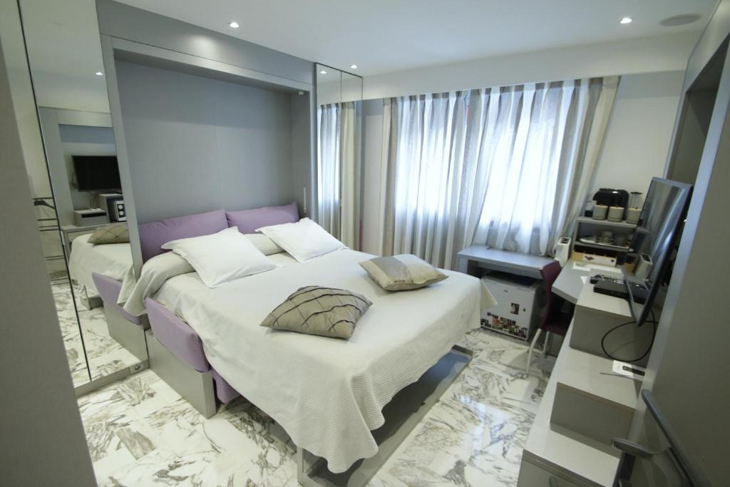 A bed or beds in a room at B&B Le France Nice Centre