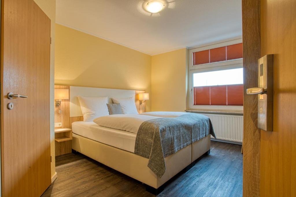 Ein Bett oder Betten in einem Zimmer der Unterkunft FF&E Hotel Banter Hof